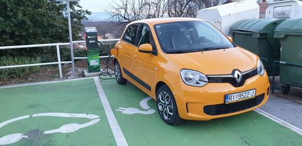 """Slika 3 Renault Twingo ZE - naš """"Žućo"""" na ELEN punionici u Kastvu"""